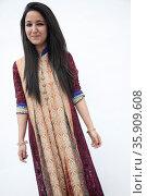 Portrait of smiling young woman wearing traditional clothing from Pakistan, studio shot. Стоковое фото, агентство Ingram Publishing / Фотобанк Лори