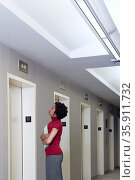 Woman waiting for elevator. Стоковое фото, фотограф Shannon Fagan / Ingram Publishing / Фотобанк Лори