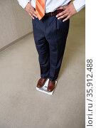 Man weighing himself. Стоковое фото, фотограф Shannon Fagan / Ingram Publishing / Фотобанк Лори