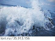 Splashing wave coming into shore. Стоковое фото, агентство Ingram Publishing / Фотобанк Лори