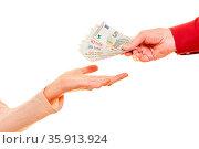 Hände beim Geld schenken oder spenden als Euro Geldscheine. Стоковое фото, фотограф Zoonar.com/Robert Kneschke / age Fotostock / Фотобанк Лори