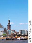 Bussard bei der Auslaufparade vom 827. Hamburger Hafengeburtstag ... Стоковое фото, фотограф Zoonar.com/Wibke Woyke / age Fotostock / Фотобанк Лори