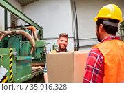 Lagerarbeiter tragen Karton mit einer Material Lieferung im Warenlager... Стоковое фото, фотограф Zoonar.com/Robert Kneschke / age Fotostock / Фотобанк Лори