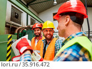 Handwerker und Bauarbeiter Team bei der Projekt Planung in der Fabrik... Стоковое фото, фотограф Zoonar.com/Robert Kneschke / age Fotostock / Фотобанк Лори