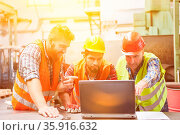 Metallbau Arbeiter Team an Laptop Computer für Planung und online... Стоковое фото, фотограф Zoonar.com/Robert Kneschke / age Fotostock / Фотобанк Лори