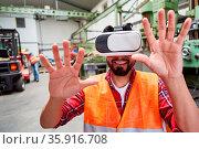 Arbeiter mit VR-Brille greift mit Händen bei einer Virtual Reality... Стоковое фото, фотограф Zoonar.com/Robert Kneschke / age Fotostock / Фотобанк Лори