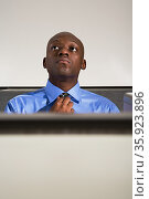 Businessman adjusting his tie. Стоковое фото, фотограф Shannon Fagan / Ingram Publishing / Фотобанк Лори