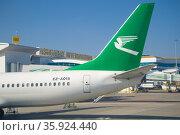 Хвостовая часть самолета BOEING 737-800 (EZ-A015) Туркменских авиалиний на фоне международного терминала Ашхабадского аэропорта. Туркменистан (2017 год). Редакционное фото, фотограф Виктор Карасев / Фотобанк Лори