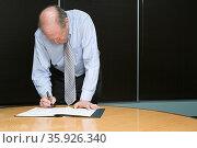 Businessman signing paperwork. Стоковое фото, фотограф Shannon Fagan / Ingram Publishing / Фотобанк Лори