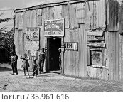 Living quarters, store and juke joint for migratory labourers. Редакционное фото, агентство World History Archive / Фотобанк Лори