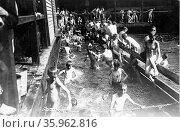 City children in free bath at the Battery, New York City, USA. Редакционное фото, агентство World History Archive / Фотобанк Лори
