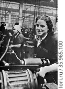 Women handling lathe in a factory in the USSR during world war two. Редакционное фото, агентство World History Archive / Фотобанк Лори