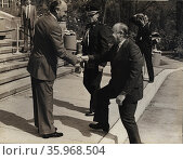 Robert Muldoon prime Minister of New Zealand Shaking hands with President Jose Lopez Portillo of Mexico. Редакционное фото, агентство World History Archive / Фотобанк Лори