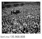 Crowd gathers in New York, USA, to celebrate the end of World war two, May 1945. Редакционное фото, агентство World History Archive / Фотобанк Лори