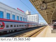 Train on the platform of the Nizhny Novgorod railway station, Russia (2020 год). Стоковое фото, фотограф Дмитрий Тищенко / Фотобанк Лори
