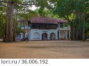 Вид на старинное колониальное здание офицерской столовой в форте Фредерик. Тринкомали, Шри-Ланка (2020 год). Стоковое фото, фотограф Виктор Карасев / Фотобанк Лори