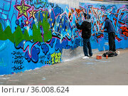 London, United Kingdom - April 20th, 2008: Two boys spraying graffiti... Стоковое фото, фотограф Zoonar.com/Luboslav Ivanko / age Fotostock / Фотобанк Лори
