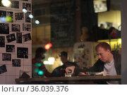Мужчина в кафе с рюмкой водки. Редакционное фото, фотограф Дмитрий Неумоин / Фотобанк Лори