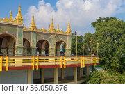 Вид на террасу буддистского храма Sutaungpyai Pagoda. Священный холм города Мандалай.  Мьянма (2016 год). Стоковое фото, фотограф Виктор Карасев / Фотобанк Лори