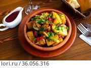Traditional georgian Ojakhuri with pomegranate in earthenware ketsi pan. Стоковое фото, фотограф Яков Филимонов / Фотобанк Лори