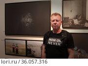 Фотограф Валерий Мельников в Галерее классической фотографии. Редакционное фото, фотограф Дмитрий Неумоин / Фотобанк Лори