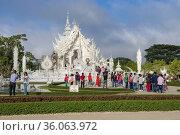 Туристы у футуристического буддистского храма Wat Rong Khun (Белый храм). Чианг Рай, Таиланд (2018 год). Редакционное фото, фотограф Виктор Карасев / Фотобанк Лори