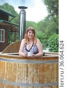 Женщина пьет травяной чай с медом в фито-купели. Стоковое фото, фотограф Марина Володько / Фотобанк Лори