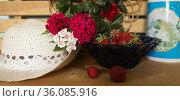 Дары лета. Бардовая гвоздика и ягода на лавочке  дачного участка. Стоковое фото, фотограф Евгений Будюкин / Фотобанк Лори