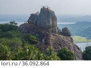 Вид на Скалу Приглашения ( Арадхана Гала) туманным утром. Манговое плато, Ambasthala. Михинтале, Шри-Ланка (2020 год). Стоковое фото, фотограф Виктор Карасев / Фотобанк Лори