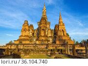 Руины древнего буддистского храма Ват Махатхат в свете вечернего солнца. Старый Сукхотай, Таиланд (2018 год). Стоковое фото, фотограф Виктор Карасев / Фотобанк Лори