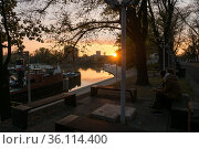 """""""Poland, Wroclaw - Couple enjoying the view of the river Oder at sunset"""" (2018 год). Редакционное фото, агентство Caro Photoagency / Фотобанк Лори"""