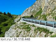 Passstrasse mit Leitplanken, La Clusaz, Bornes Aravis, Haute-Savoie... Стоковое фото, фотограф Zoonar.com/mike / easy Fotostock / Фотобанк Лори