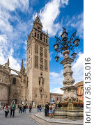 View of the Cathedral of Seville with the Giralda (2019 год). Редакционное фото, фотограф Юлия Белоусова / Фотобанк Лори