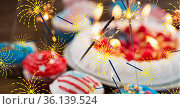 Composition of lit sparklers and cupcakes with american flags. Стоковое фото, агентство Wavebreak Media / Фотобанк Лори