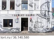 Kultkneipe Heimat und Hafen in Bielefeld mit Street Art bemalt / ... Стоковое фото, фотограф Zoonar.com/Robert B. Fishman / age Fotostock / Фотобанк Лори