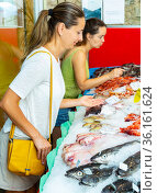 Buyers searching for seafoods in shop. Стоковое фото, фотограф Яков Филимонов / Фотобанк Лори