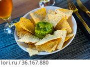 Nachos con guacamole. Corn chips. Стоковое фото, фотограф Яков Филимонов / Фотобанк Лори
