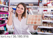 Woman choosing face powder at shopwoman, girl, customer, cosmetic, shop, store, boutique, test, applying, powder, foundation, brush, decorative, makeup, face, beauty, accessories, femininity, stylish, visage, choosing, shopping, market, sale, offer, choice, assortment, sample, shelves, new, quality, brand, price, emotion, concentrated, positive, indoors, portrait, young, adult, female, person, one, 20s, spanish, hobby, leisure, lifestyle, Стоковое фото, фотограф Яков Филимонов / Фотобанк Лори