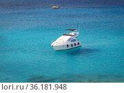 Кипр. Белая яхта в голубой лагуне. Стоковое фото, фотограф Павел Сапожников / Фотобанк Лори