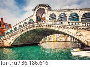Rialto bridge over Grand canal in Venice (2013 год). Стоковое фото, фотограф Sergey Borisov / Фотобанк Лори