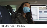 Asian woman wearing face mask using smartphone while sitting in the car. Стоковое видео, агентство Wavebreak Media / Фотобанк Лори