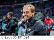 Hatte nach dem ersten Sieg gut lachen: Trainer Jürgen Klinsmann (... Стоковое фото, фотограф Zoonar.com/Joachim Hahne / age Fotostock / Фотобанк Лори