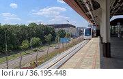 Москва, июль 2021. Монорельсовый поезд медленно прибывает на станцию. Редакционное видео, видеограф Мила Демидова / Фотобанк Лори