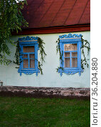 Typical old rural house with platbands in Russia. Стоковое фото, фотограф Володина Ольга / Фотобанк Лори