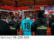 Die Freiburger Spieler mit Nils Petersen (Freiburg) bedanken sich... Стоковое фото, фотограф Zoonar.com/Joachim Hahne / age Fotostock / Фотобанк Лори