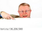 Mann hält ein weisses Schild - Platzhalter für Text. Стоковое фото, фотограф Zoonar.com/Birgit Reitz-Hofmann / age Fotostock / Фотобанк Лори