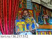Orthodoxer Priester der Felsenkirche Mikael Mellehayzengi zeigt das... Стоковое фото, фотограф Zoonar.com/GFC Collection / age Fotostock / Фотобанк Лори