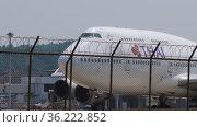 Jumbo Jet turns onto the runway before taking off (2017 год). Редакционное видео, видеограф Игорь Жоров / Фотобанк Лори