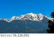 Das Mont-Blanc-Massiv erhebt sich über den Ort Saint-Gervais-les-Bains... Стоковое фото, фотограф Zoonar.com/Mike / easy Fotostock / Фотобанк Лори