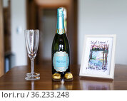 Wine in a bedroom in a bed and breakfast house in Ucluelet, BC, Canada... Стоковое фото, фотограф Douglas Williams / age Fotostock / Фотобанк Лори